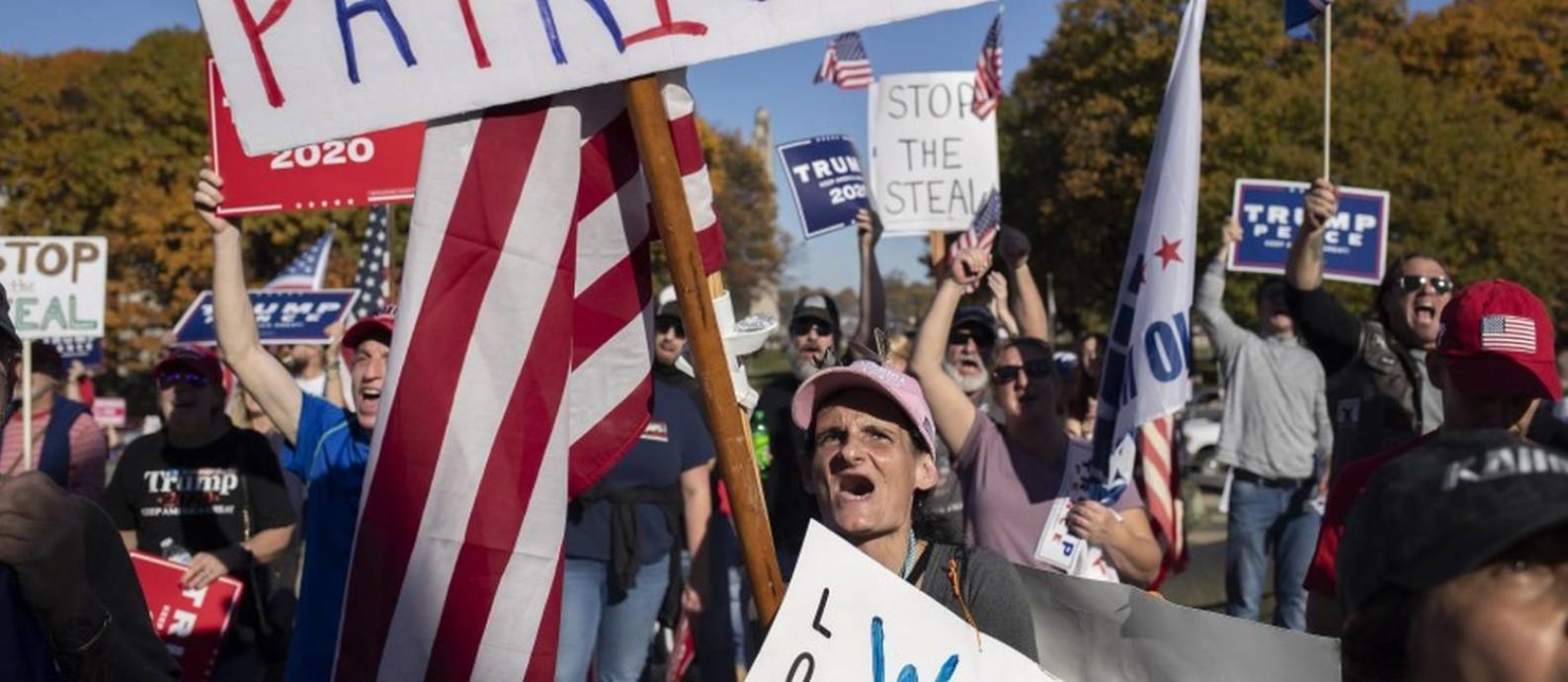 Apoiadores de Trump se manifestam do lado de fora da Assembleia da Pensilvânia, onde Biden venceu. Mentiras sobre derrota manterão base mobilizada Foto: VICTOR J. BLUE / NYT