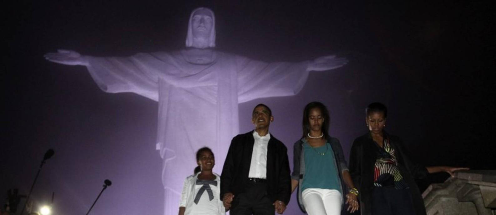 O então presidente dos Estados Unidos Barack Obama, a primeira-dama Michelle Obama e as suas filhas Sasha (e) e Malia no Cristo Redentor em viagem ao Rio de Janeiro em março de 2011 Foto: JASON REED / Reuters 20-3-11