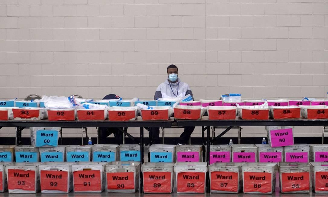 Funcionários eleitorais durante recontagem em Milwaukee, no Wisconsin Foto: SCOTT OLSON / AFP 20-11-20
