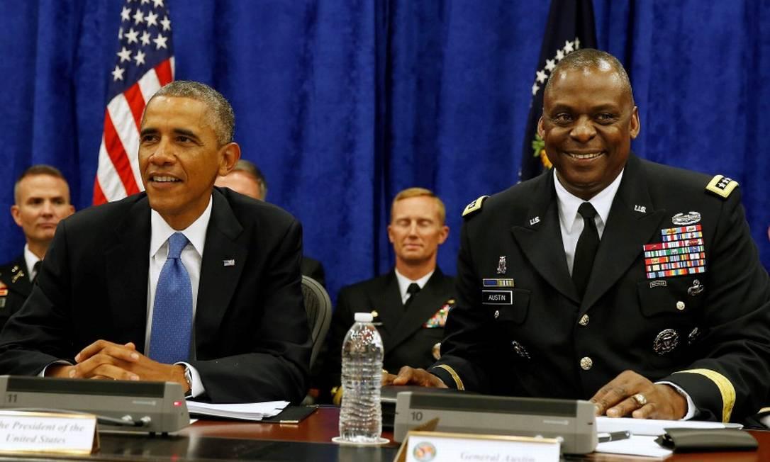 Lloyd Austin, então comandante do Comando Central dos EUA, ao lado de Barack Obama em 2014 Foto: Larry Downing / Reuters