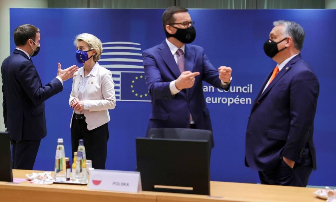 O presidente da França, Emmanuel Macron, conversa com a presidente da Comissão Europeia, Ursula von der Leyen, enquanto o premier polonês Mateusz Morawiecki fala com seu homólogo húngaro, Viktor Orbán, no encontro da UE em Bruxelas Foto: POOL / REUTERS