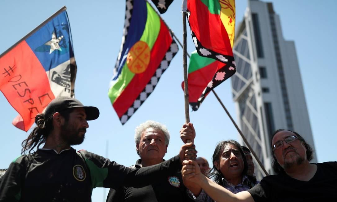 Manifestantes mapuche seguram bandeiras em protesto contra o governo em Santiago em novembro do ano passado Foto: EDGARD GARRIDO / REUTERS