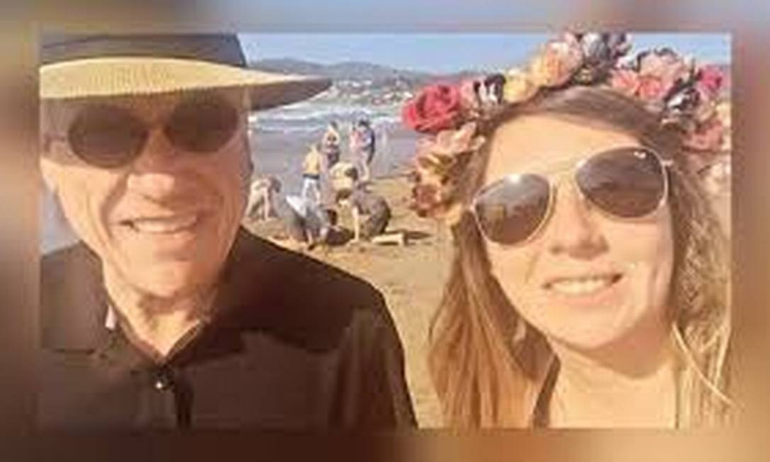 A selfie de Sebastián Piñera com uma transeunte na praia que o fez tomar a multa Foto: Reprodução