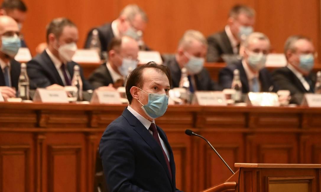 O novo premier romeno, Florin Citu, se dirige ao Parlamento durante sua nomeação Foto: DANIEL MIHAILESCU / AFP