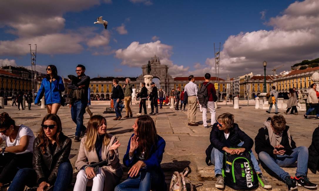 """Pessoas conversam e caminham na Praça do Comércio, em Lisboa: reform a, segundo proposta do governo, pretende introduzir maneira """"mais humanista"""" no trato da imigração Foto: Jose Sarmento Matos / Bloomberg 8-11-19"""