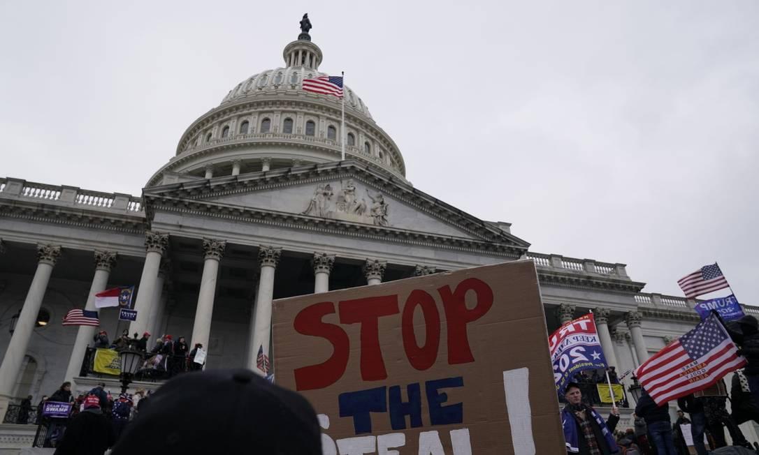 Apoiadores de Donald Trump se reunem do lado de fora do Capitólio em Washington Foto: ALEX EDELMAN / AFP