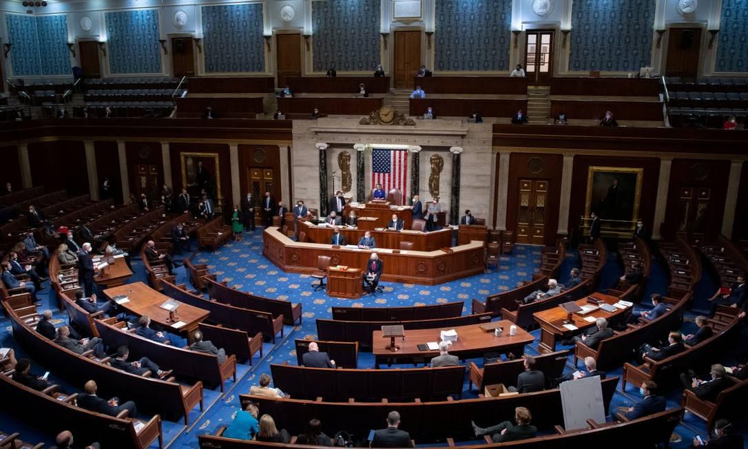 A presidente da Câmara, Nancy Pelosi, preside a sessão conjunta no Capitólio, após a interrupção provocada pelos apoiadores de Donald Trump Foto: POOL / REUTERS