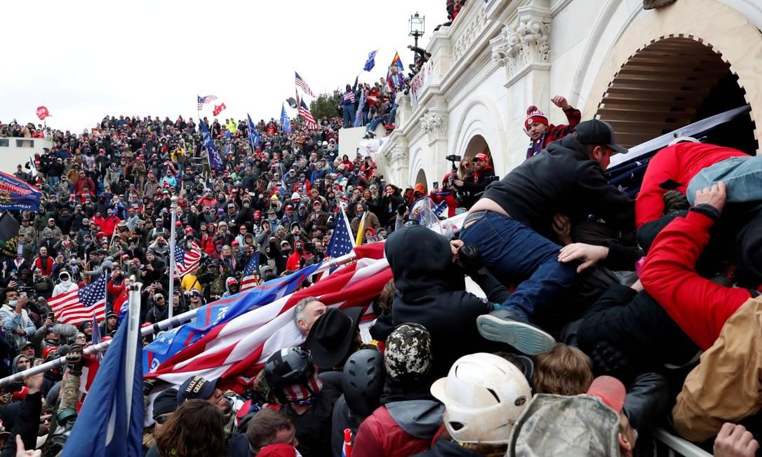 Apoiadores de Donald Trump invadem o Congresso dos Estados Unidos para impedir a validação do resultado das eleições de novembro: quatro civis e um policial morreram Foto: SHANNON STAPLETON / REUTERS