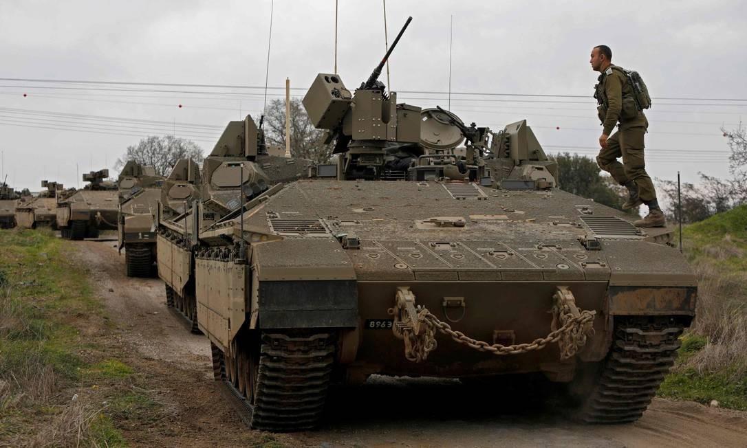 Tropas israelenses durante um exercício militar nas Colinas de Golan, anexadas a Israel; Ataques israelenses na Síria mataram 57, disse observatório da guerra Foto: JALAA MAREY / AFP