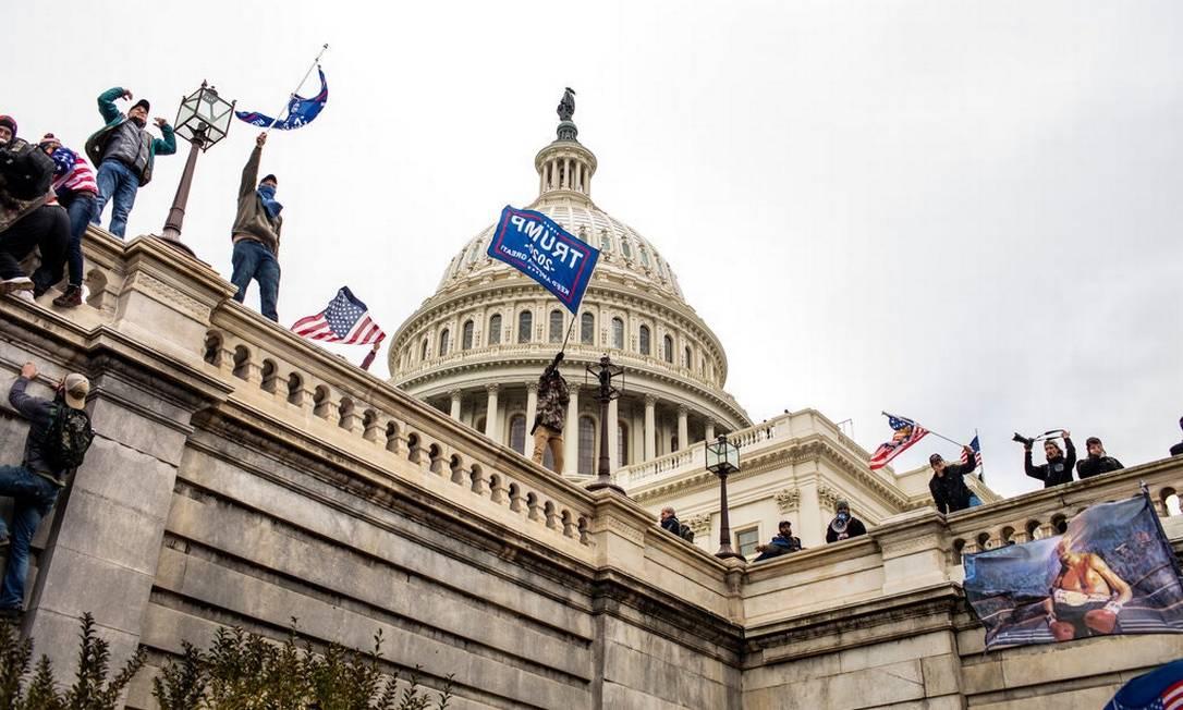 Uma multidão pró-Trump fora do Capitólio em Washington na semana passada. Os distúrbios parecem ter prejudicado as perspectivas dos líderes populistas na Europa Foto: Jason Andrew / The New York Times