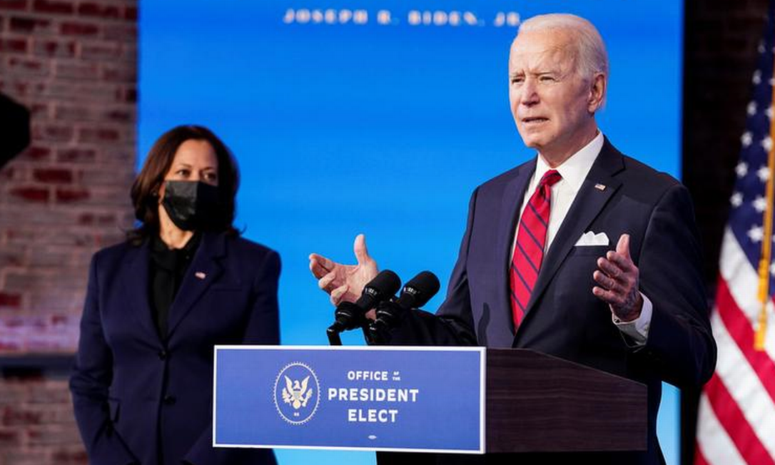 A vice-presidente eleita americana, Kamala Harris, e o presidente eleito, Joe Biden, no anúncio do plano de vacinação nesta sexta-feira Foto: Kevin Lamarque / Reuters