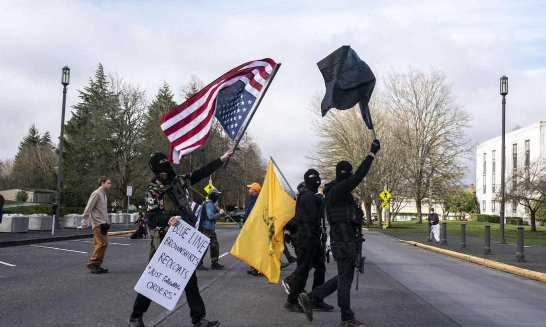 Membros do movimento anti-governo boogaloo protestam em Salém, no Oregon Foto: Nathan Howard / AFP