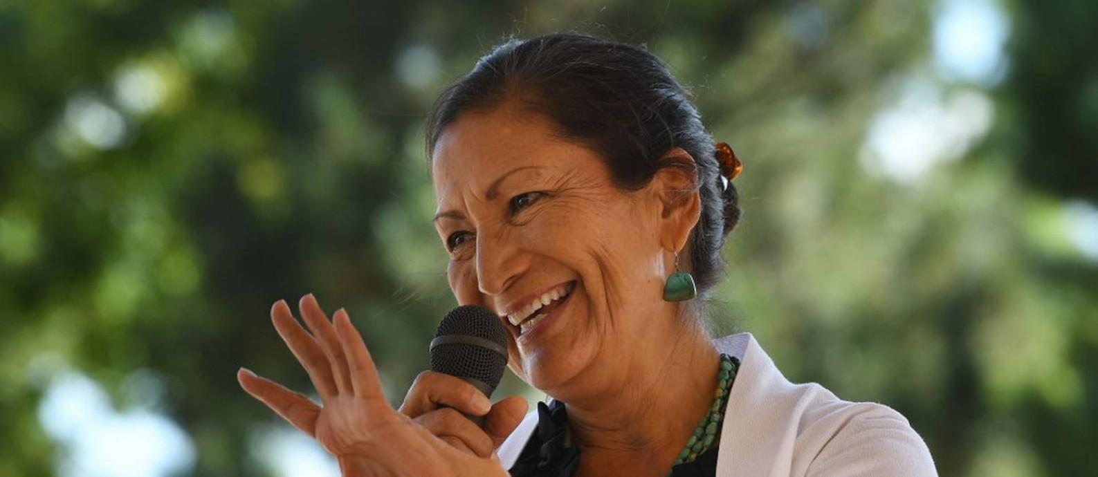 Deb Haaland, crítica do presidente Jair Bolsonaro e a primeira mulher que se identifica como indígena a comandar um ministério nos Estados Unidos Foto: MARK RALSTON / AFP