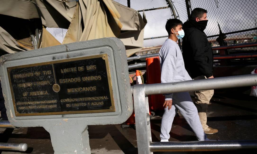Um homem é conduzido por um agente de migração do México após ser expulso dos EUA Foto: JOSE LUIS GONZALEZ / REUTERS