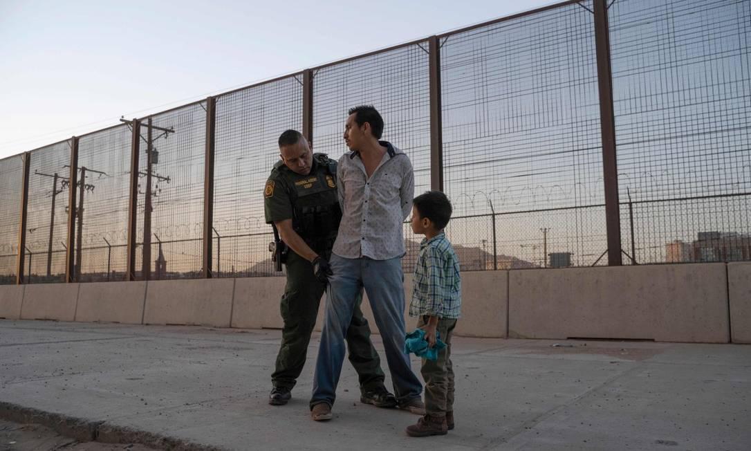 Pai é detido tentando entrar nos EUA ao lado de seu filho em El Paso, Texas, em maio de 2019 Foto: PAUL RATJE / AFP