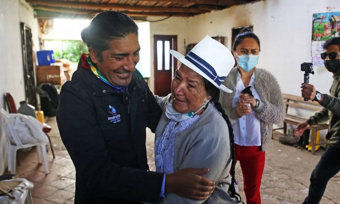 O candidato indígena Yaku Pérez abraça a mãe, Ines Guartambel, ao chegar para votar em Cuenca Foto: CRISTINA VEGA RHOR / AFP