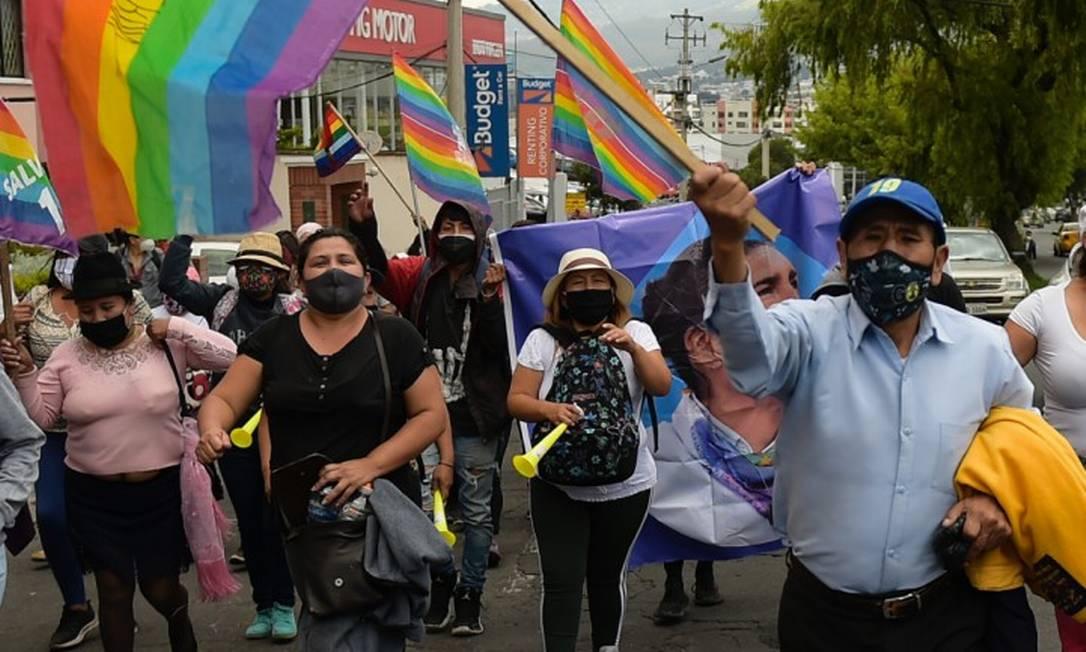 Apoiadores do candidato a presidente do Equador Yaku Pérez do lado de fora do conselho eleitoral em Quito Foto: RODRIGO BUENDIA / AFP