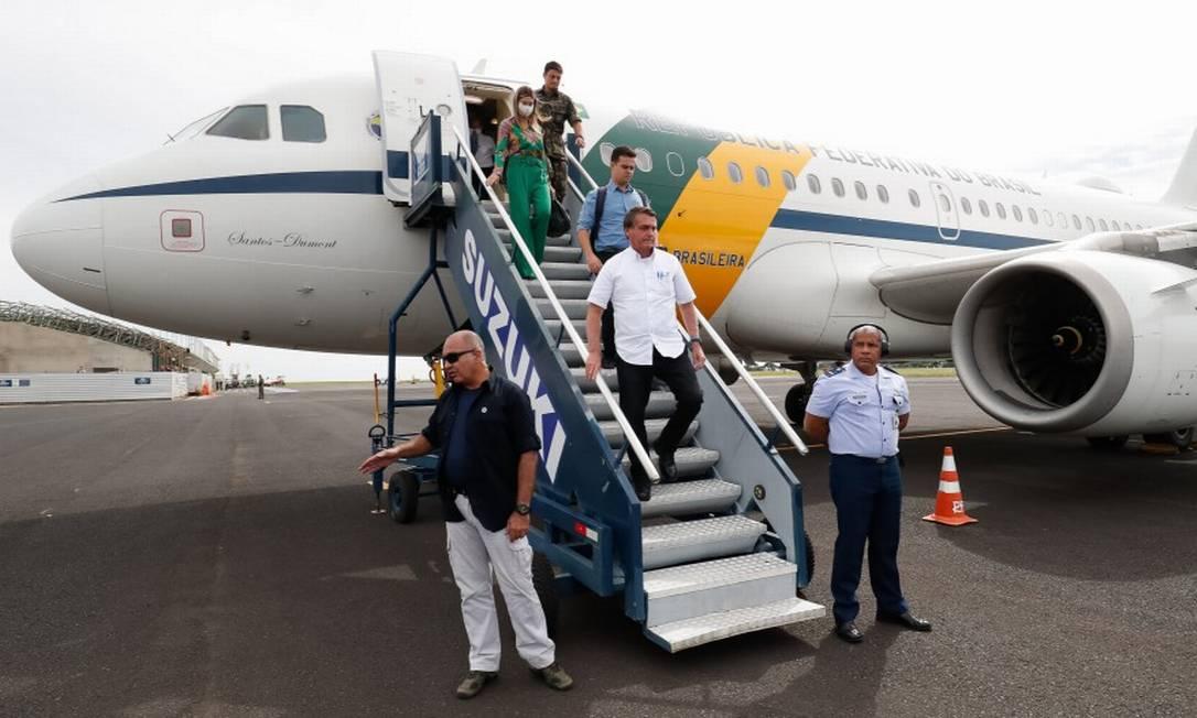 O presidente Jair Bolsonaro desembarca no Aeroporto de Uberlândia nesta quinta-feira Foto: Alan Santos / Agência O Globo