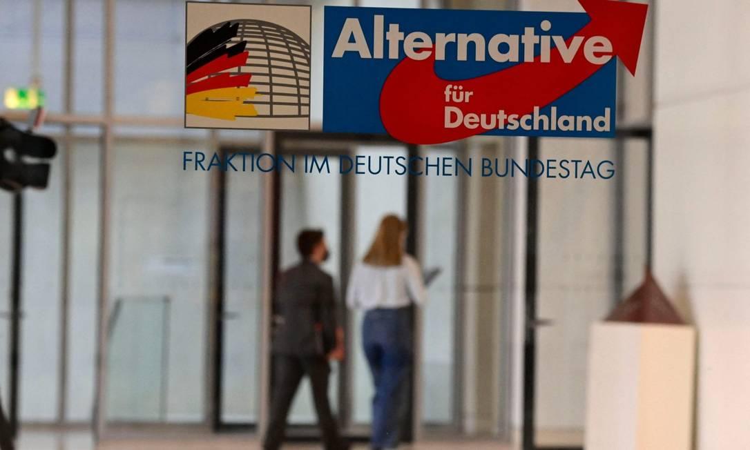 Homem e mulher caminham na parte do Bundestag (Câmara) onde ficam escritórios de membros da AfD Foto: TOBIAS SCHWARZ / AFP