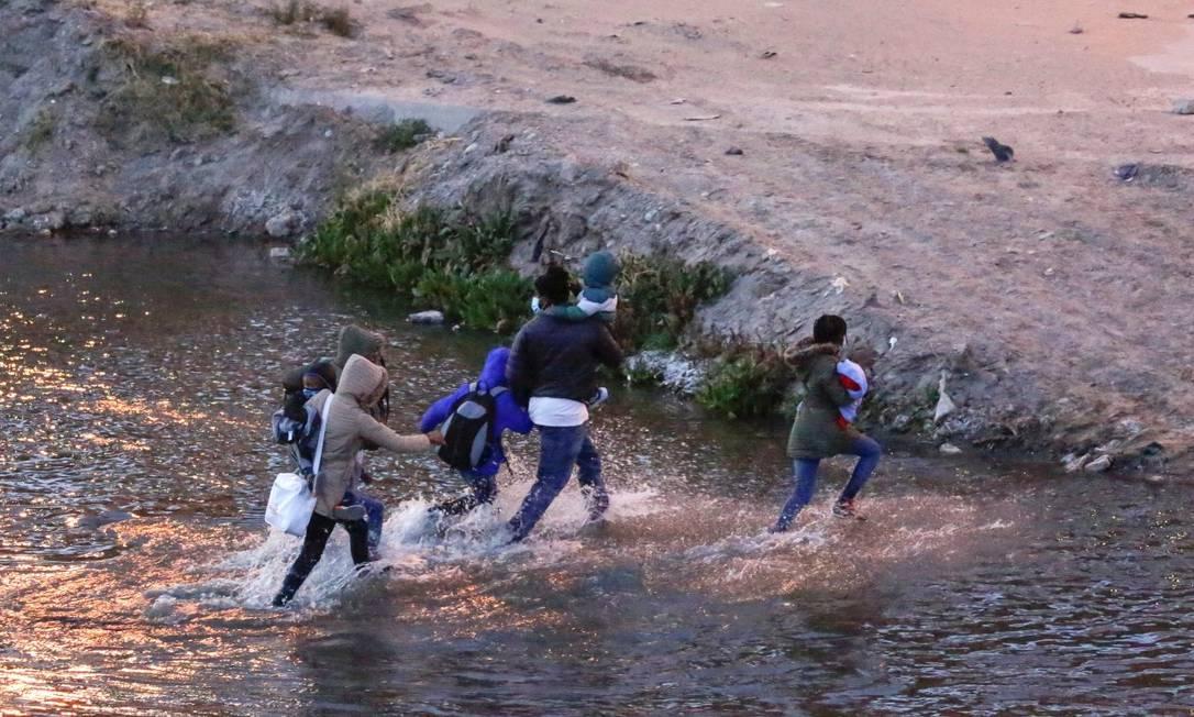 Migrantes cruzam o rio Rio Bravo para se entregar a agentes da Patrulha de Fronteira dos EUA e solicitar asilo em El Paso, Texas Foto: JOSE LUIS GONZALEZ / REUTERS