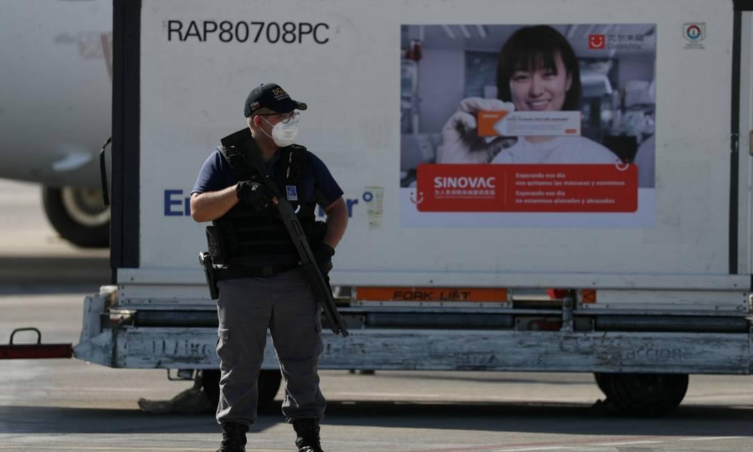 Segurança perto de carga de vacinas Sinovac no aeroporto de Santiago Foto: IVAN ALVARADO / REUTERS 25-2-21