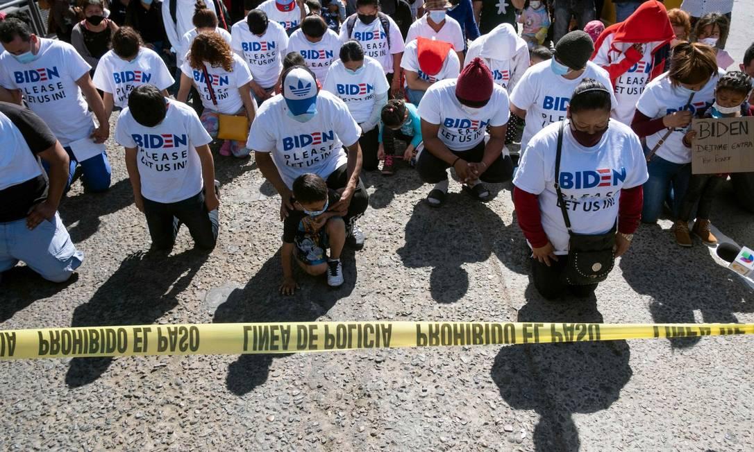 Emigrantes fazem protesto exigindo acolhimento do governo de Joe Biden em San Ysidro, em Tijuana Foto: GUILLERMO ARIAS / AFP 2-3-21