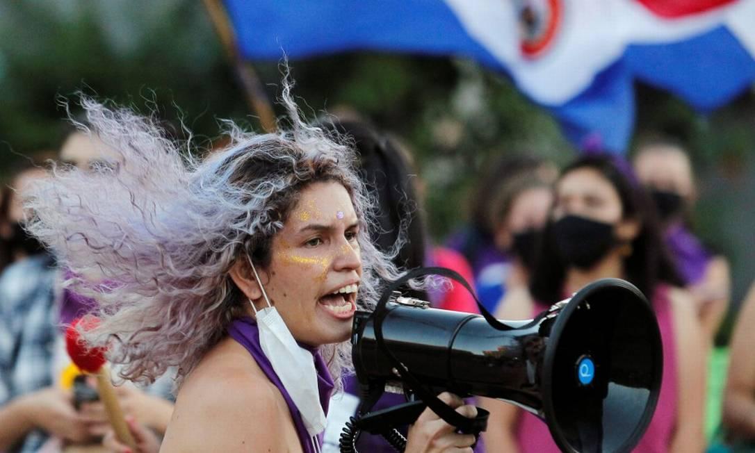 Ativista participa de manifestação pelo Dia Internacional da Mulher em Assunção Foto: CESAR OLMEDO / REUTERS