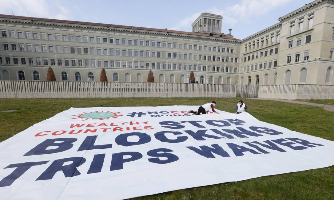 Manifestação da ONG Médicos Sem Fronteiras pedindo suspensão das patentes de remédios e vacinas contra a Covid-19 em frente à sede da OMC em Genebra Foto: DENIS BALIBOUSE / REUTERS