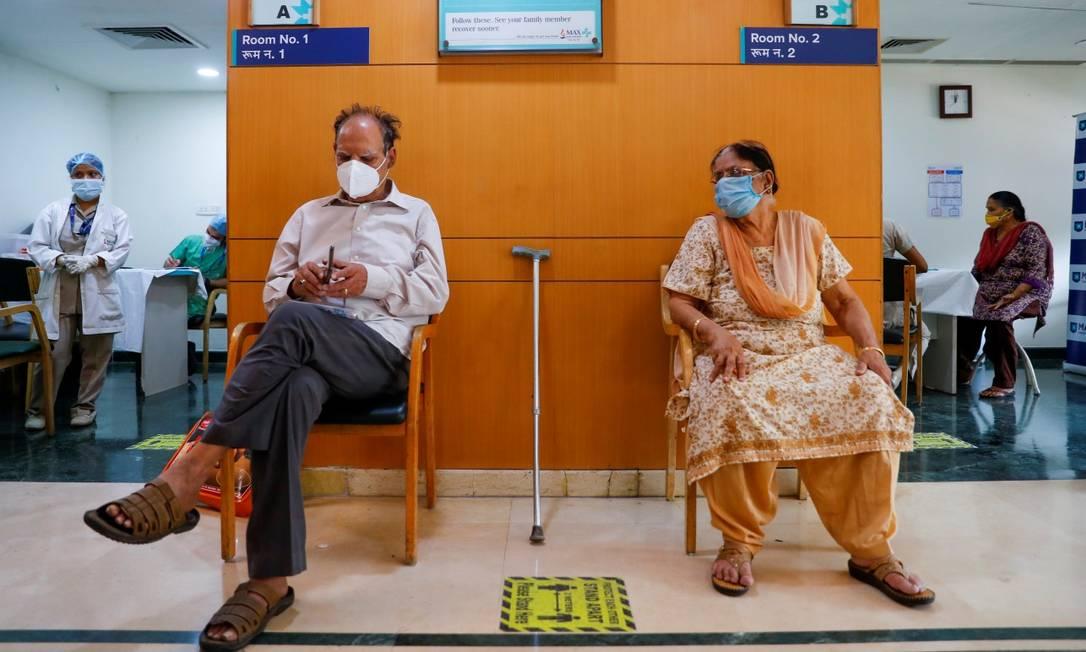 Um casal de idosos aguarda para ser vacinado no Hospital Max Super em Nova Délhi; o governo indiano sofre pressão pelo fato de exportações de doses superarem fornecimento doméstico Foto: ADNAN ABIDI / REUTERS