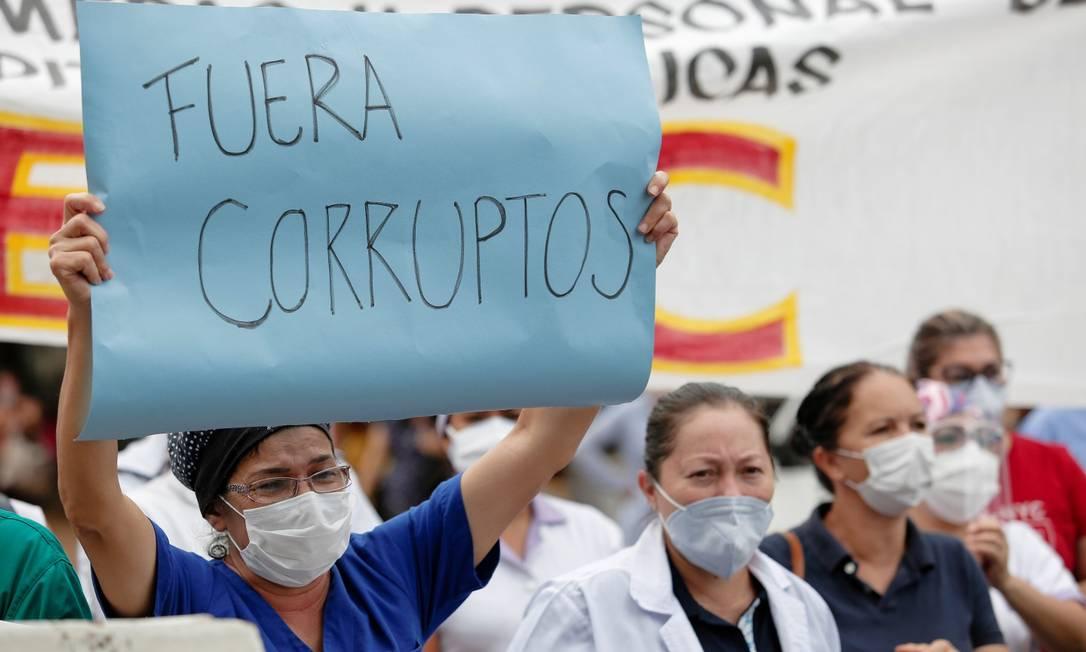Trabalhadores de saúde protestam em San Lorenzo, no Paraguai, contra o colapso do sistema de saúde após aumento de casos; país pediu ao ajuda ao Brasil, que não tem como atender Foto: CESAR OLMEDO / REUTERS 4-3-21