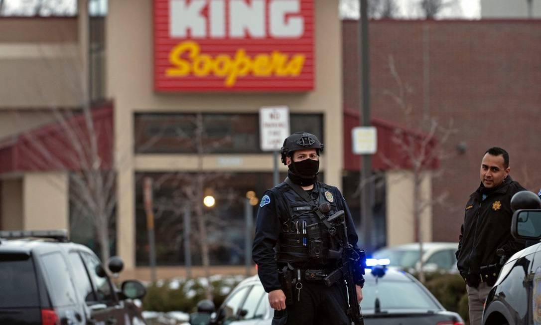 Policiais em frente ao supermercado King Soopers em Boulder, no Colorado Foto: JASON CONNOLLY / AFP