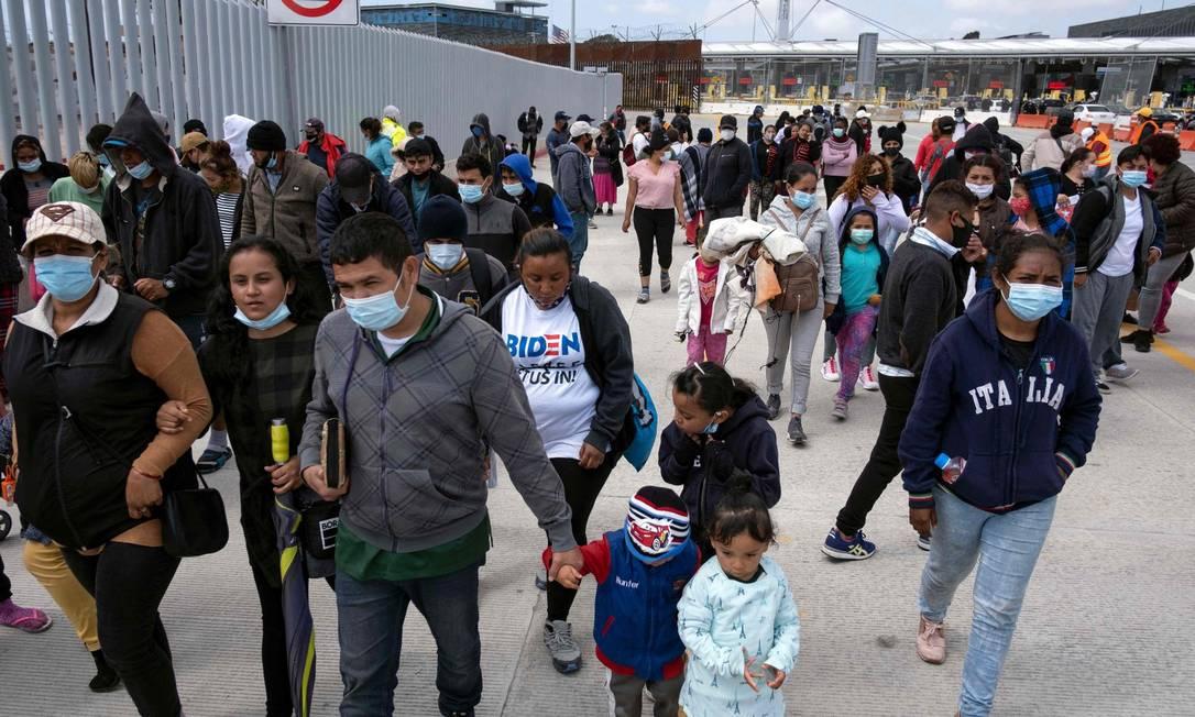 Migrantes e requerentes de asilo em um protesto na passagem de San Ysidro, perto de Tijuana Foto: GUILLERMO ARIAS / AFP