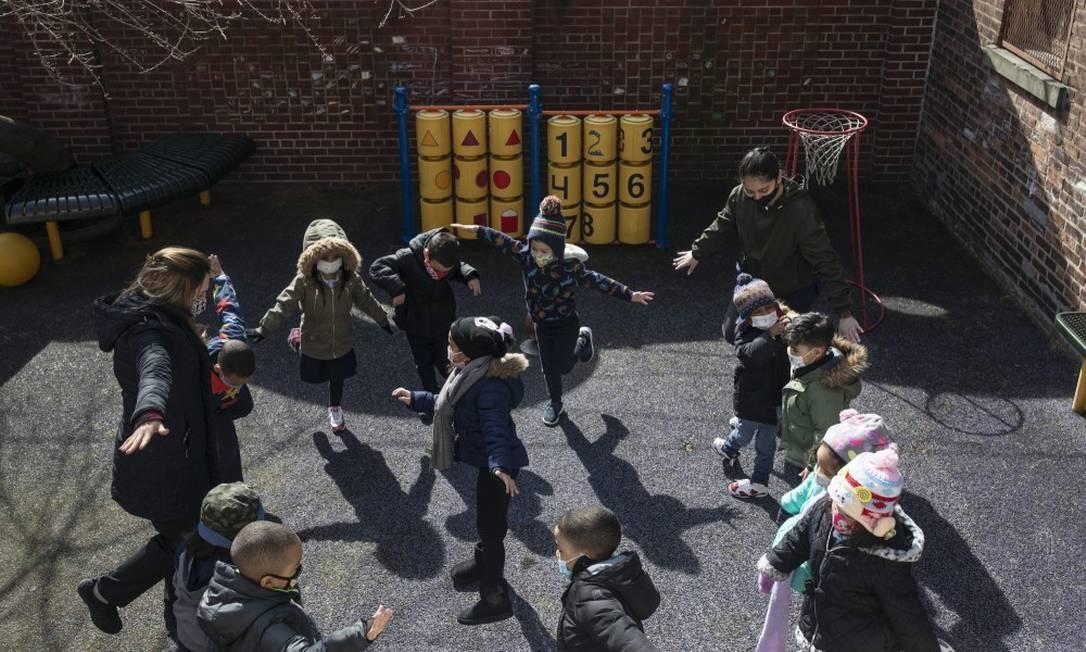 Crianças brincam no Brooklyn: Benefícios para a infância do pacote de Biden podem reduzir pobreza infantil pela metade, vindo a se tornar definitivos Foto: KIRSTEN LUCE / NYT