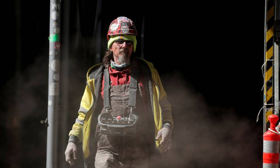 Operário em meio a nuvem de fumaça em Nova York: infraestrutura é um dos itens do pacote Foto: BRENDAN MCDERMID / REUTERS
