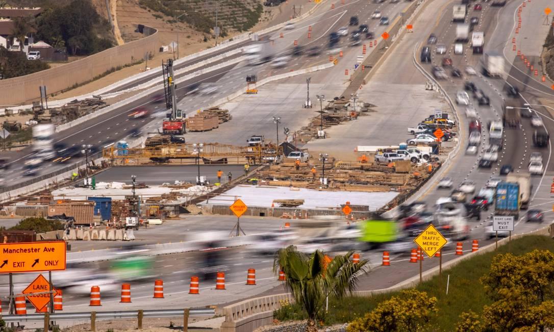 Trabalhadores em canteiro de obras para expandir rodovia em Encinitas, na Califórnia Foto: MIKE BLAKE / REUTERS