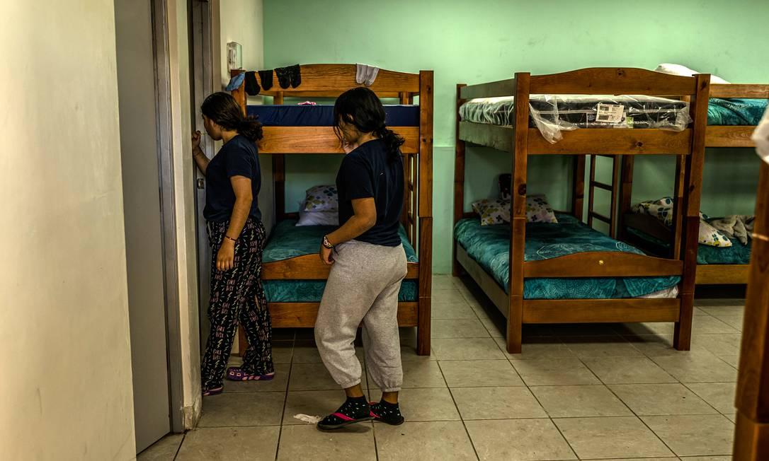 Dormitório no abrigo Nohemi Alvarez Quillay, coordenado pelo governo do México na cidade de Ciudad Juarez, feito especialmente para imigrantes menores de idade desacompanhados Foto: DANIEL BEREHULAK / NYT