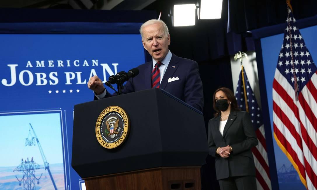 O presidente dos Estados Unidos, Joe Biden, defende seu plano de infraestrutura na tarde desta quarta-feira em Washington, com a vice, Kamala Harris, ao fundo Foto: ALEX WONG / AFP