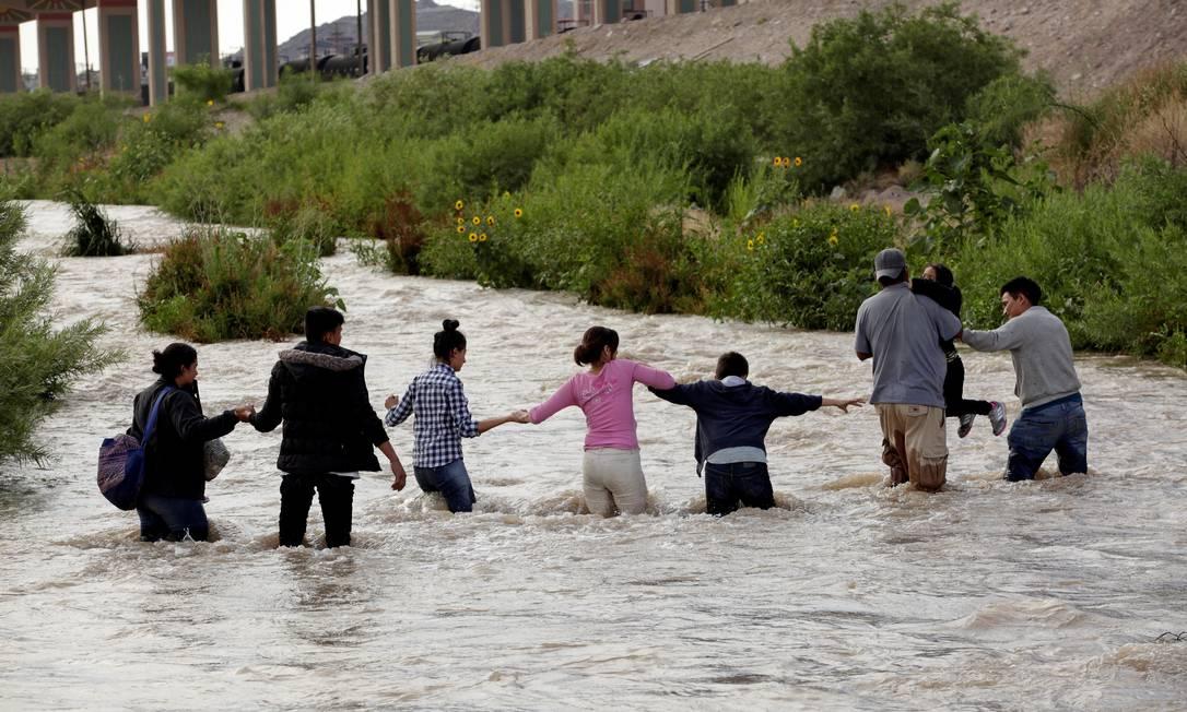 Imigração ilegal. Crianças ajudam a formar corrente na travessia do rio Bravo Foto: Jose Luis Gonzalez / Reuters