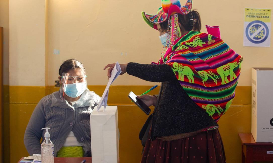 Mulher quechua deposita seu voto na vila rural remota de Capachica, em Puno, no Peru. País escolhe candidatos em primeiro turno no domingo Foto: JUAN CARLOS CISNEROS / AFP