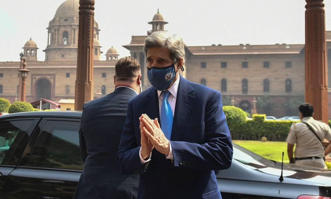 O enviado especial dos EUA para o clima, John Kerry,na saída do Ministério das Finanças da Índia após reunião com a ministra Nirmala Sitharaman, em Nova Délhi Foto: PREM SINGH / AFP/06-04-2021