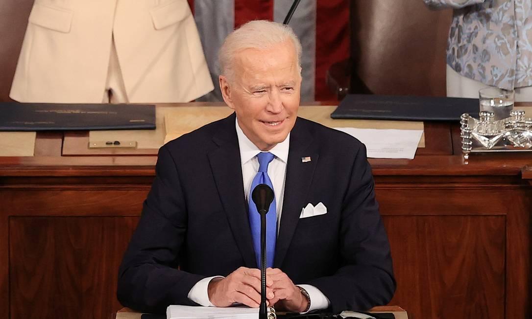 O presidente americano Joe Biden discursa no Congresso, em frente à vice, Kamala Harris, e à presidente da Câmara, Nancy Pelosi Foto: POOL / REUTERS