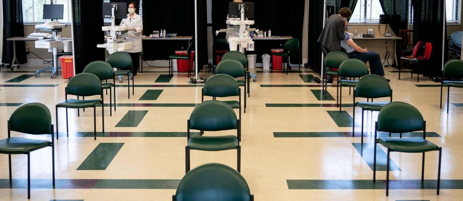 Centro de vacinação deserto em Elizabethton, assim como tantos em zonas rurais predominantemente brancas e religiosas dos EUA Foto: Erin Schaff/The New York Times