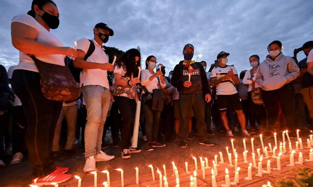 Laura Guerrero, mãe de Nicolas Guerrero, morto durante confrontos com a polícia, em um memorial em homenagem a seu filho em Cali Foto: LUIS ROBAYO / AFP