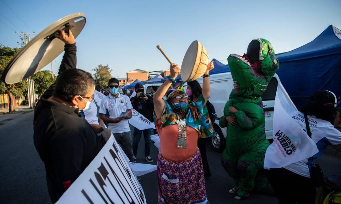 A candidata mapuche Juanita Millal faz campanha em Santiago; 17 das 155 cadeiras da Constituinte estão reservadas a representantes de povos originários Foto: MARTIN BERNETTI / AFP