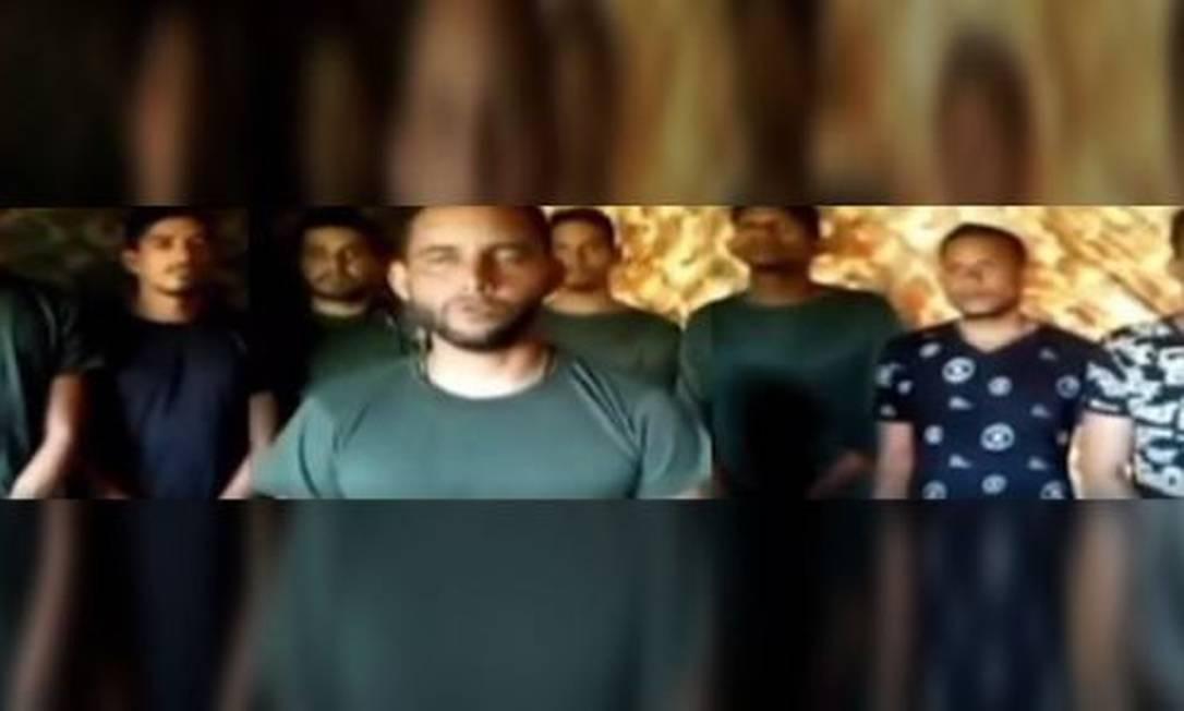 Imagem vídeo divulgado pelo Ministério da Defesa da Venezuela como tendo sido entregue pelos guerrilheiros para provar a vida dos sequestrados Foto: Reprodução