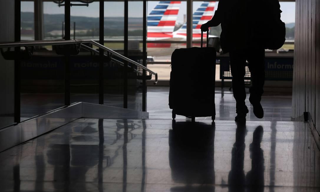 Passageiro caminha na área de embarque do aeroporto Ronald Reagan, em Washington Foto: ALEX WONG / AFP