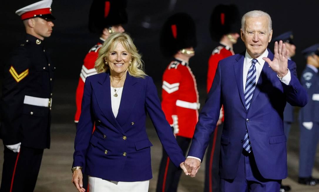 A primeira-dama Jill Biden e o presidente americano Joe Biden desembarcam no Reino Unido Foto: PHIL NOBLE / REUTERS