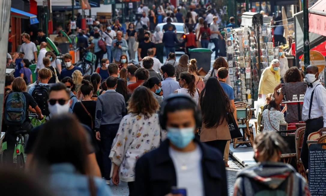 Pessoas de máscara em rua movimentada em Paris em setembro do ano passado, quando país anunciou novas restrições após o verão Foto: Gonzalo Fuentes / Reuters
