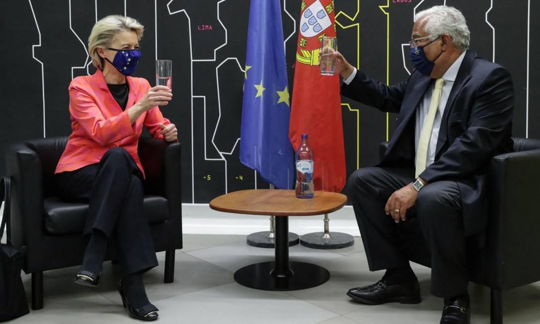 A presidente da Comissão Europeia, Ursula Von der Leyen, e o premier português, António Costa, brindam com água a aprovação do plano português para a recuperação de sua economia Foto: TIAGO PETINGA / AFP
