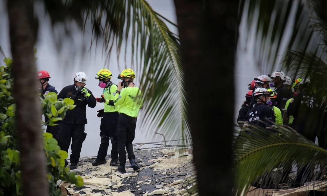 Equipes de resgate buscam possíveis sobreviventes do edifício que colapsou em Surfside, ao norte de Miami Beach Foto: MARCO BELLO / AFP